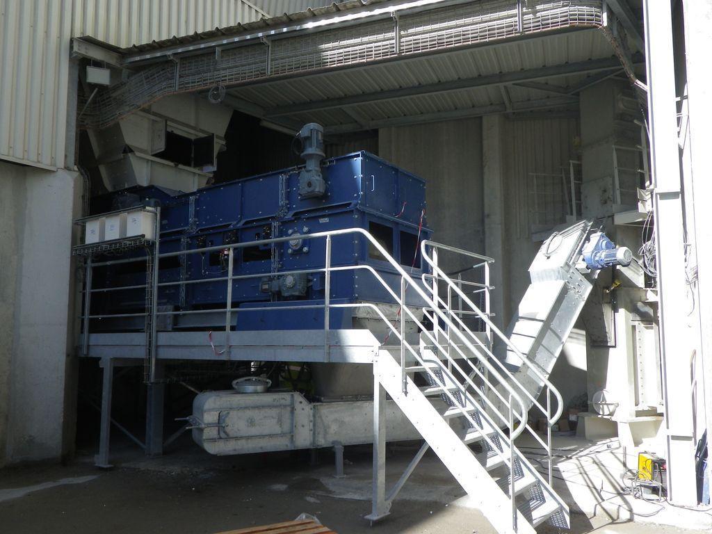Doseur - extracteur pour l'alimentation de fours en cimenterie avec des matériaux alternatifs